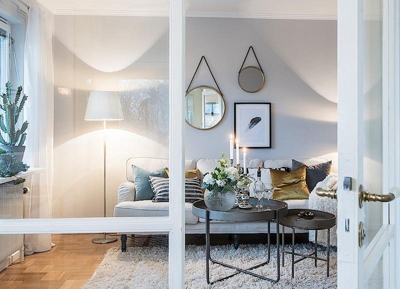 Binnenkijken in een interieur met lichtblauw en goudtinten alles om van je huis je thuis te - Interieur van een veranda ...