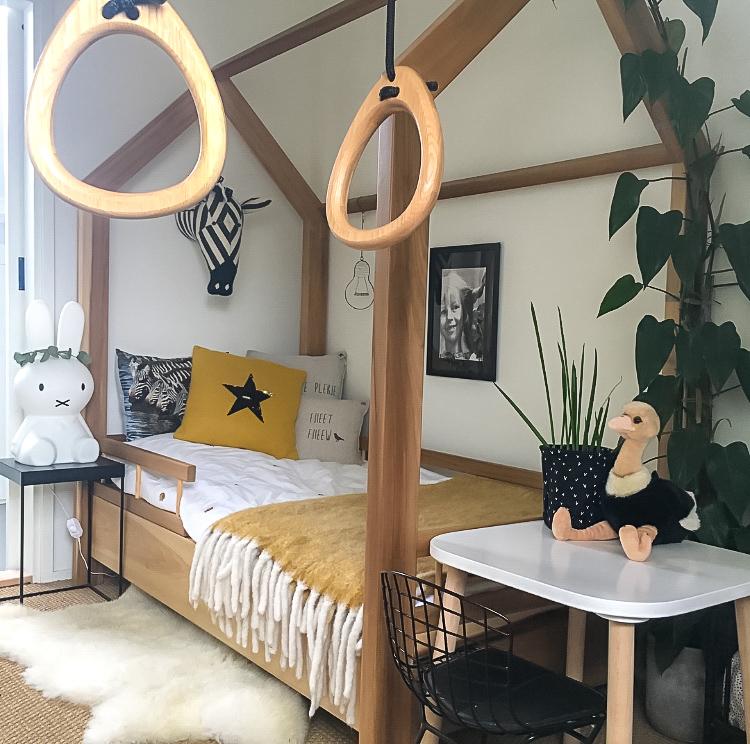 kinderkamer houten bed in huis-vorm