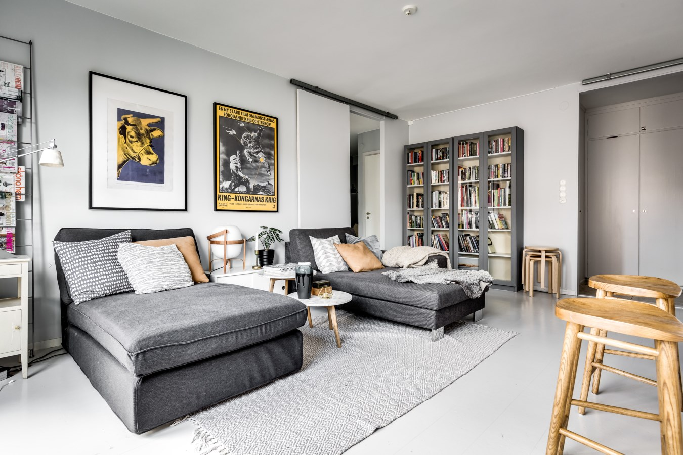 Binnenkijken bij een interieur met veel wit grijs en for Bruin grijs interieur