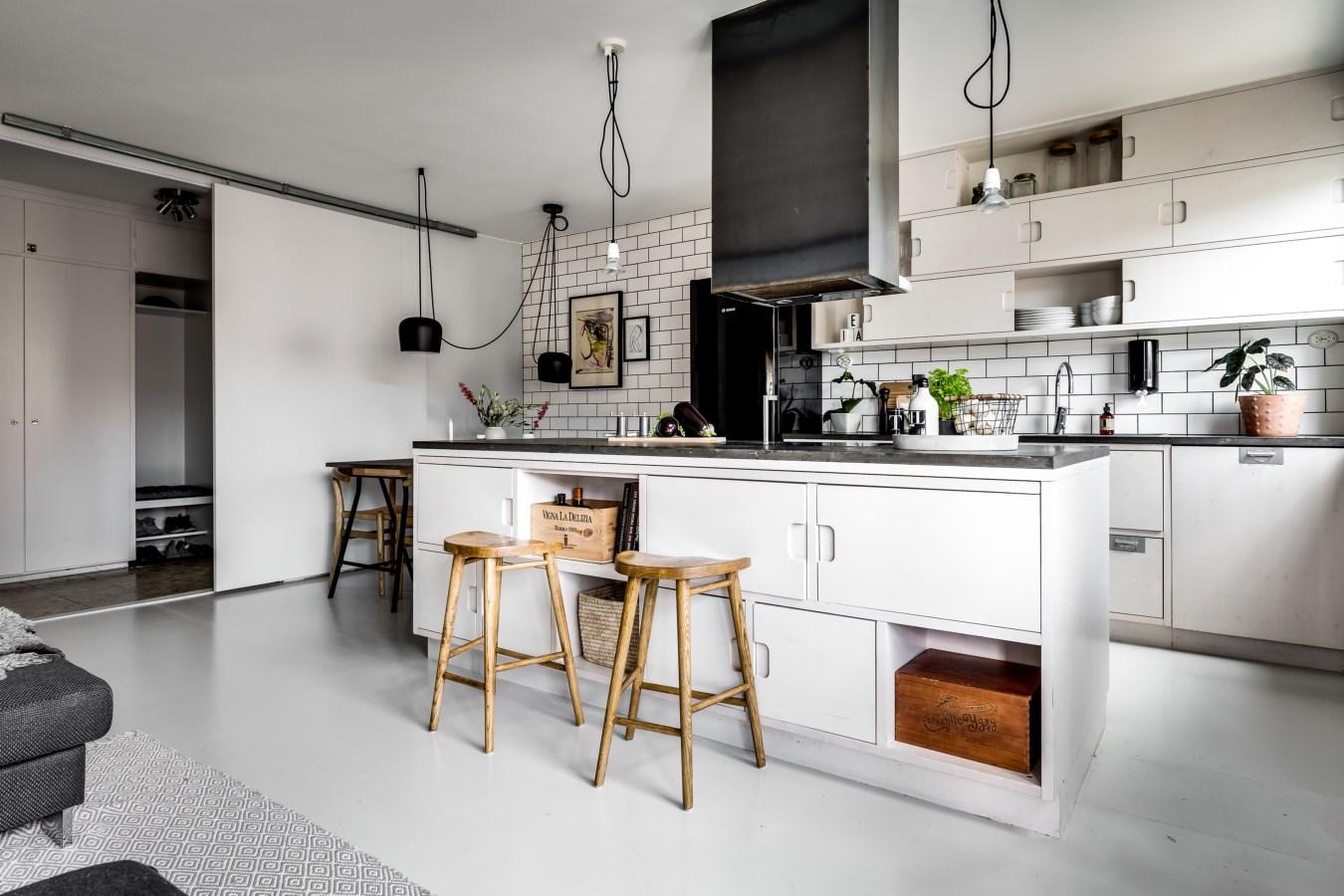 Binnenkijken bij: een interieur met veel wit, grijs en hout - Alles ...