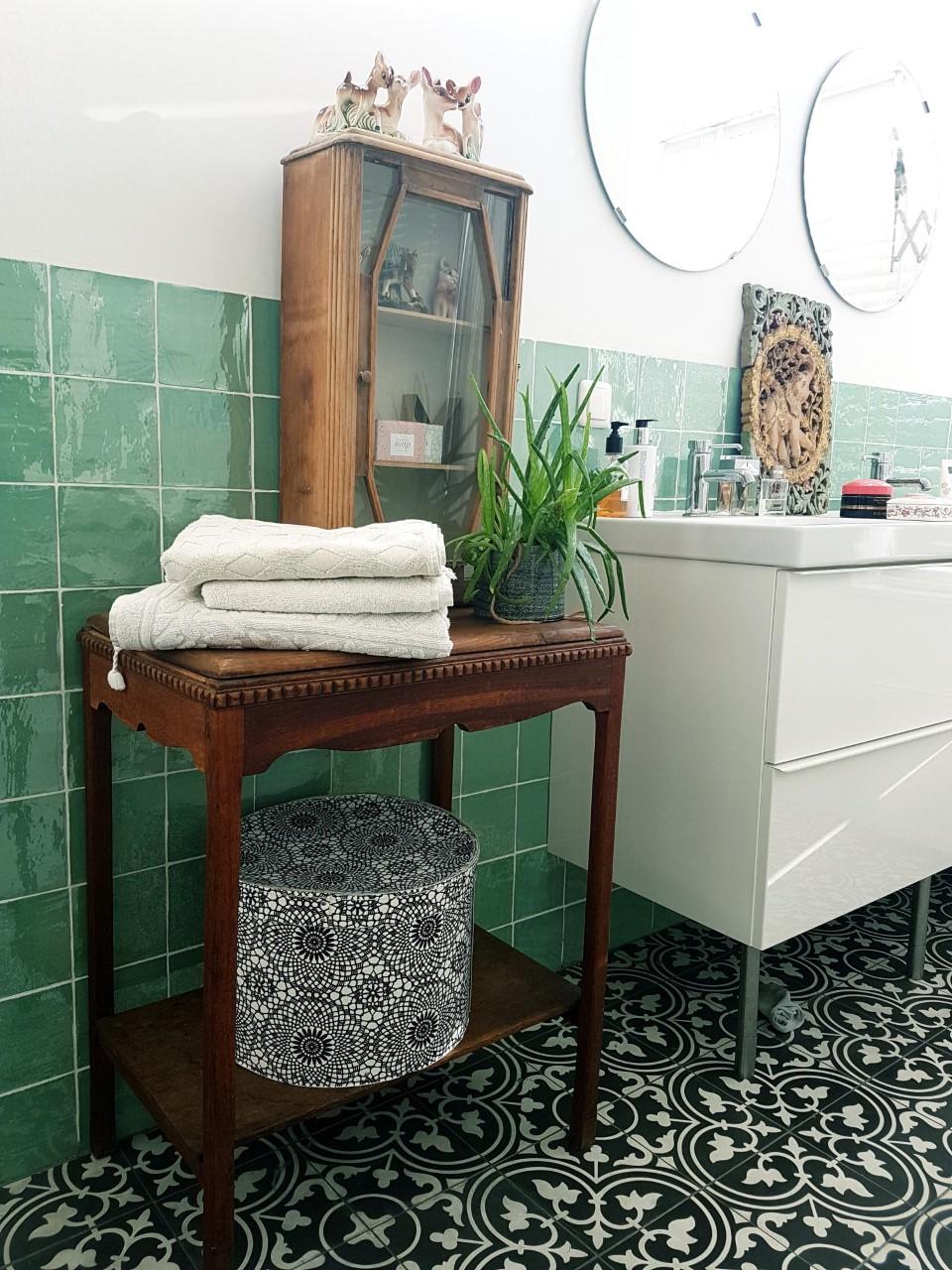 eclectische wit- groen betegelde badkamer