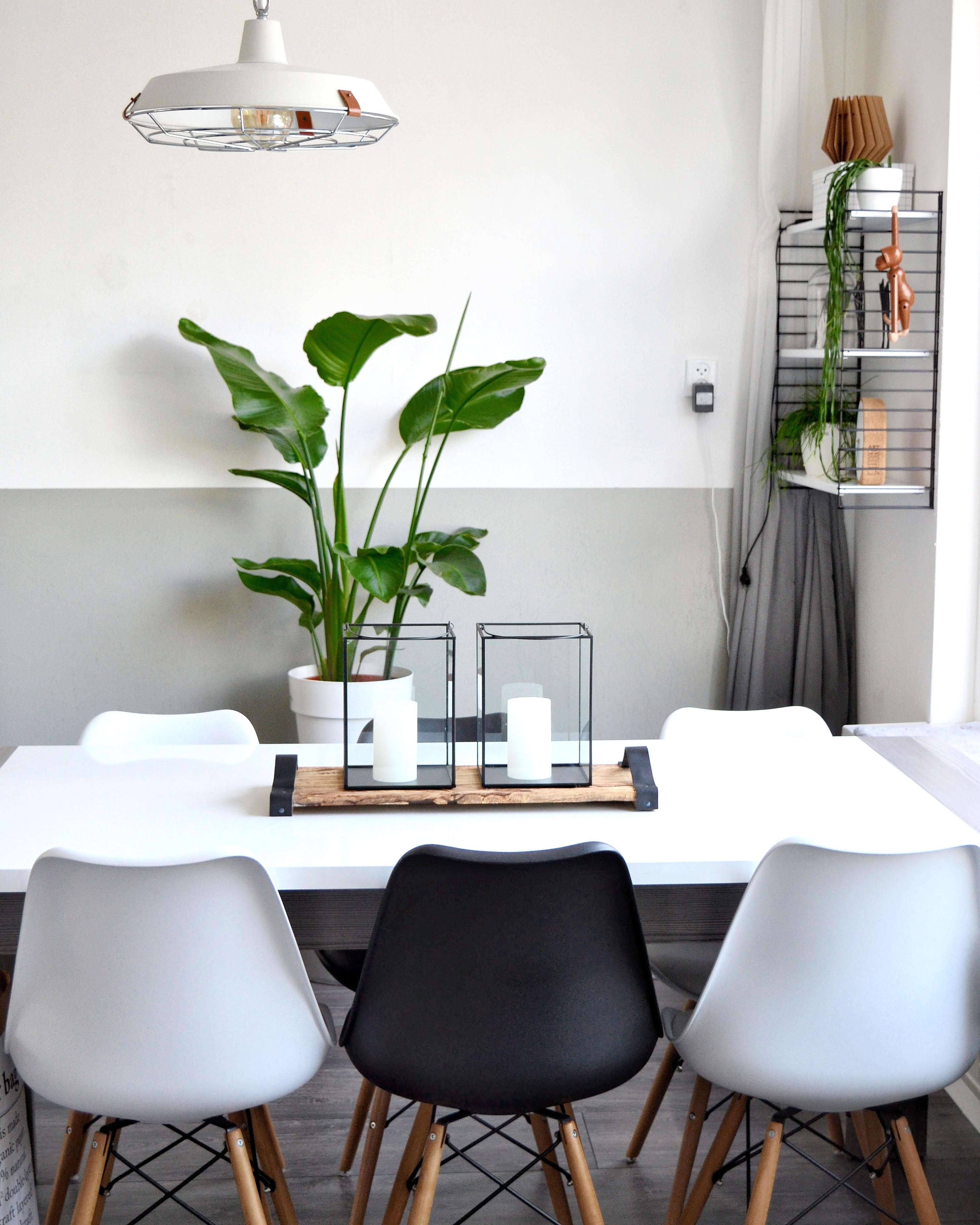 eetkamer witte tafel met kuipstoelen