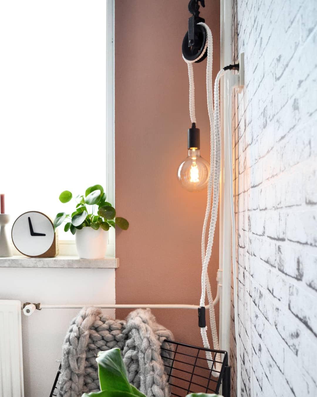 zithoekje roze muur industriële items