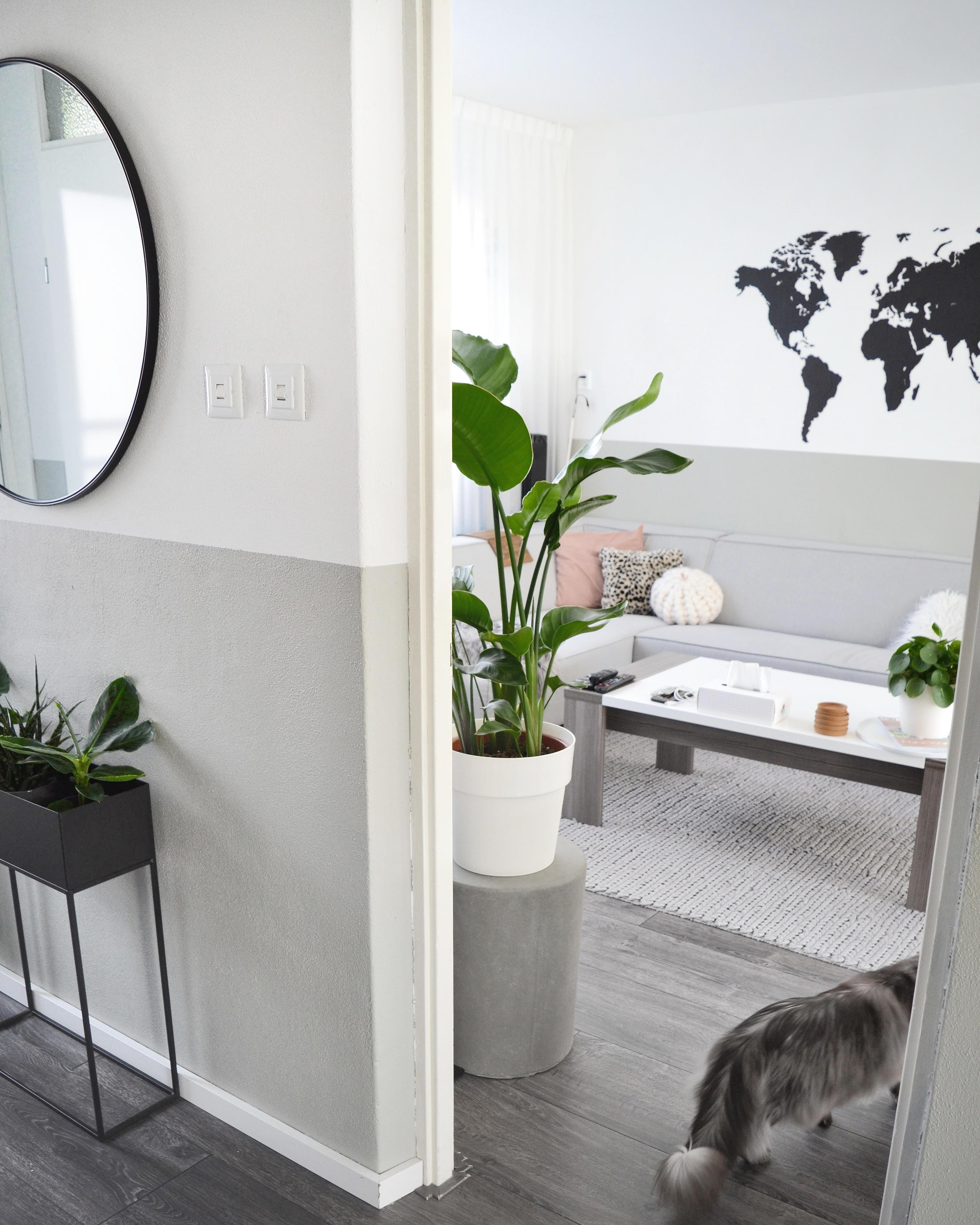 woonkamer met wereldkaart boven bank