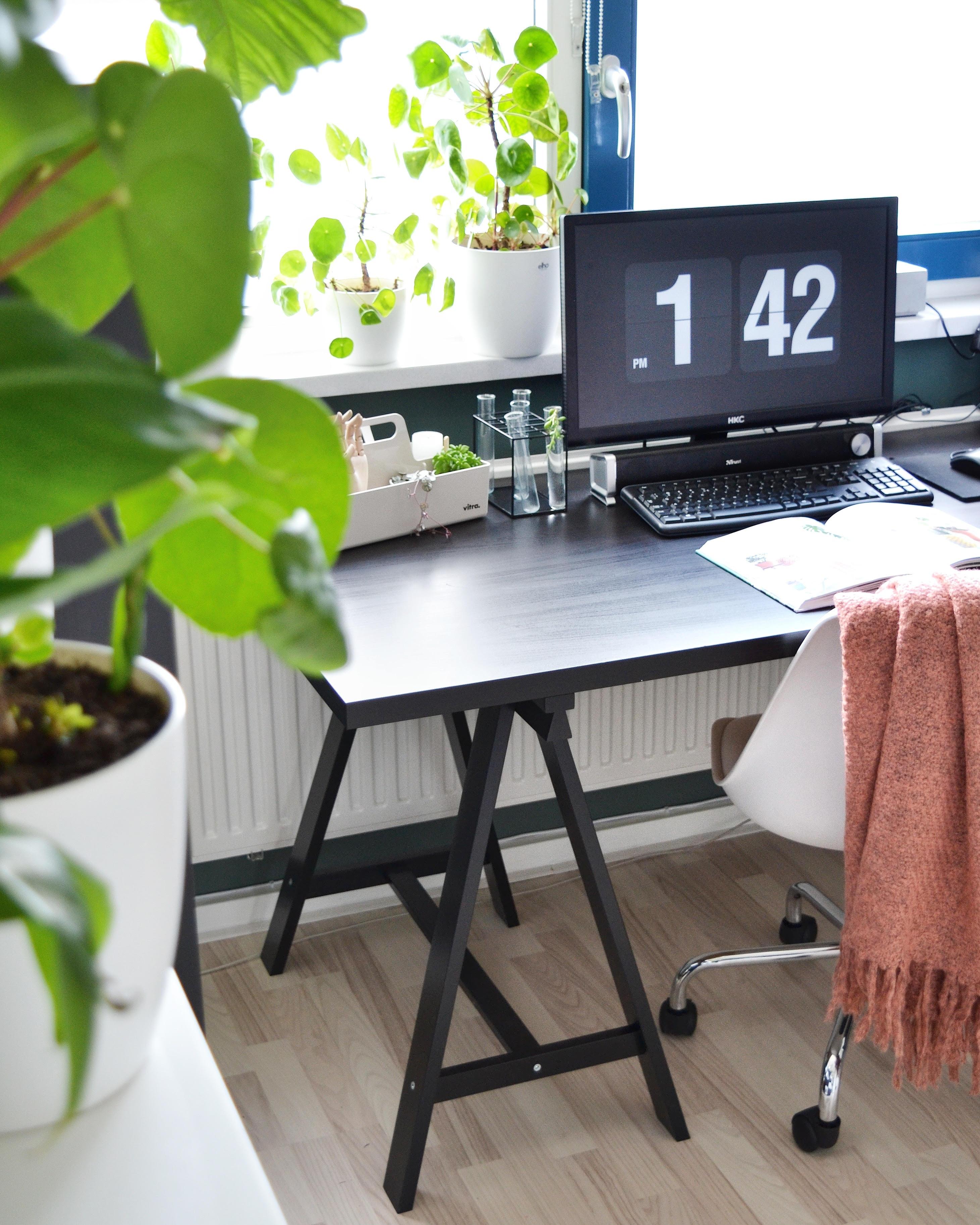 werkkamer zwart bureau roze accenten