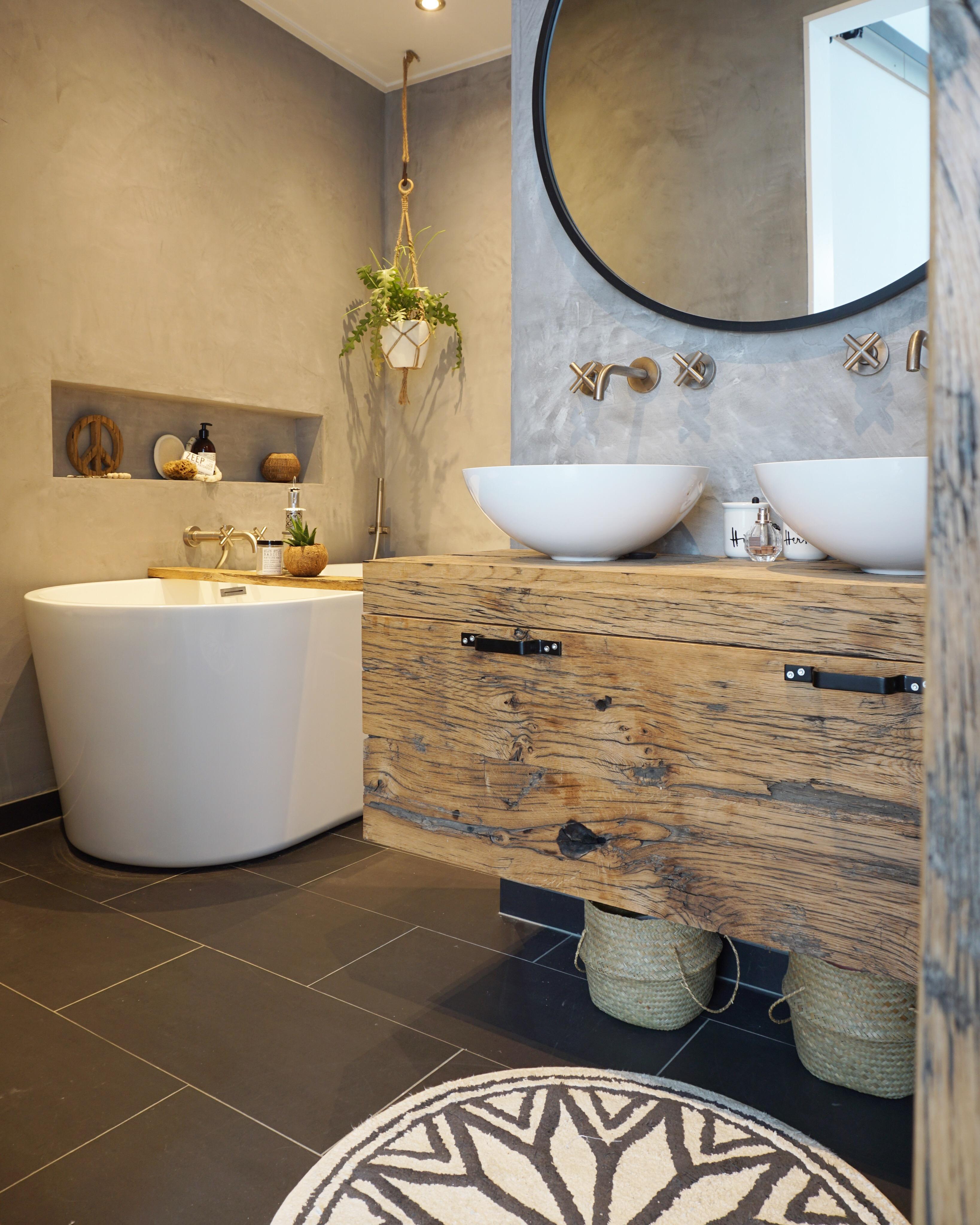 badkamer gouden kranen en zwarte spiegel