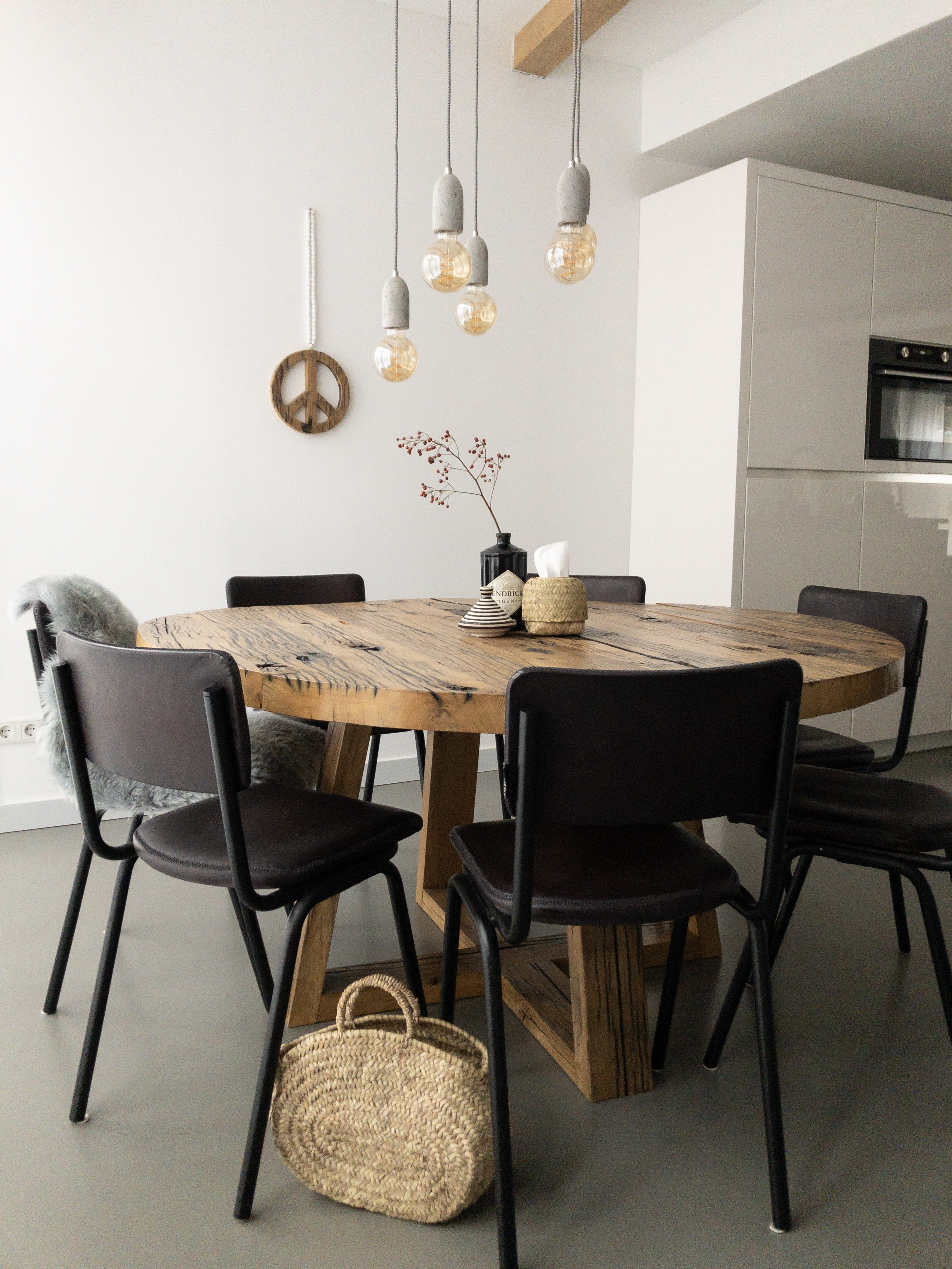 eetkamer houten tafel zwarte stoelen