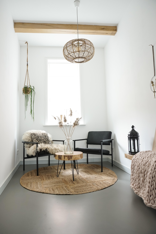 zithoekje zwarte stoelen en natuurlijke materialen