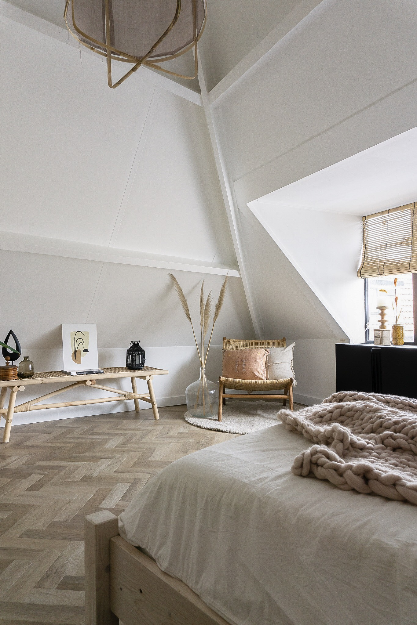 rotan stoel in lichte slaapkamer