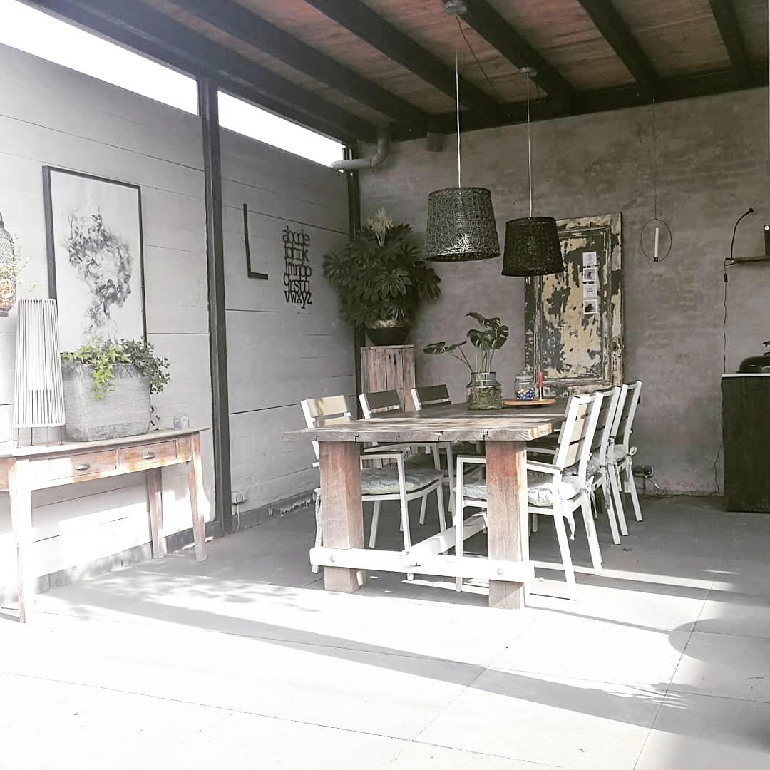 overdekt terras met stoere meubels