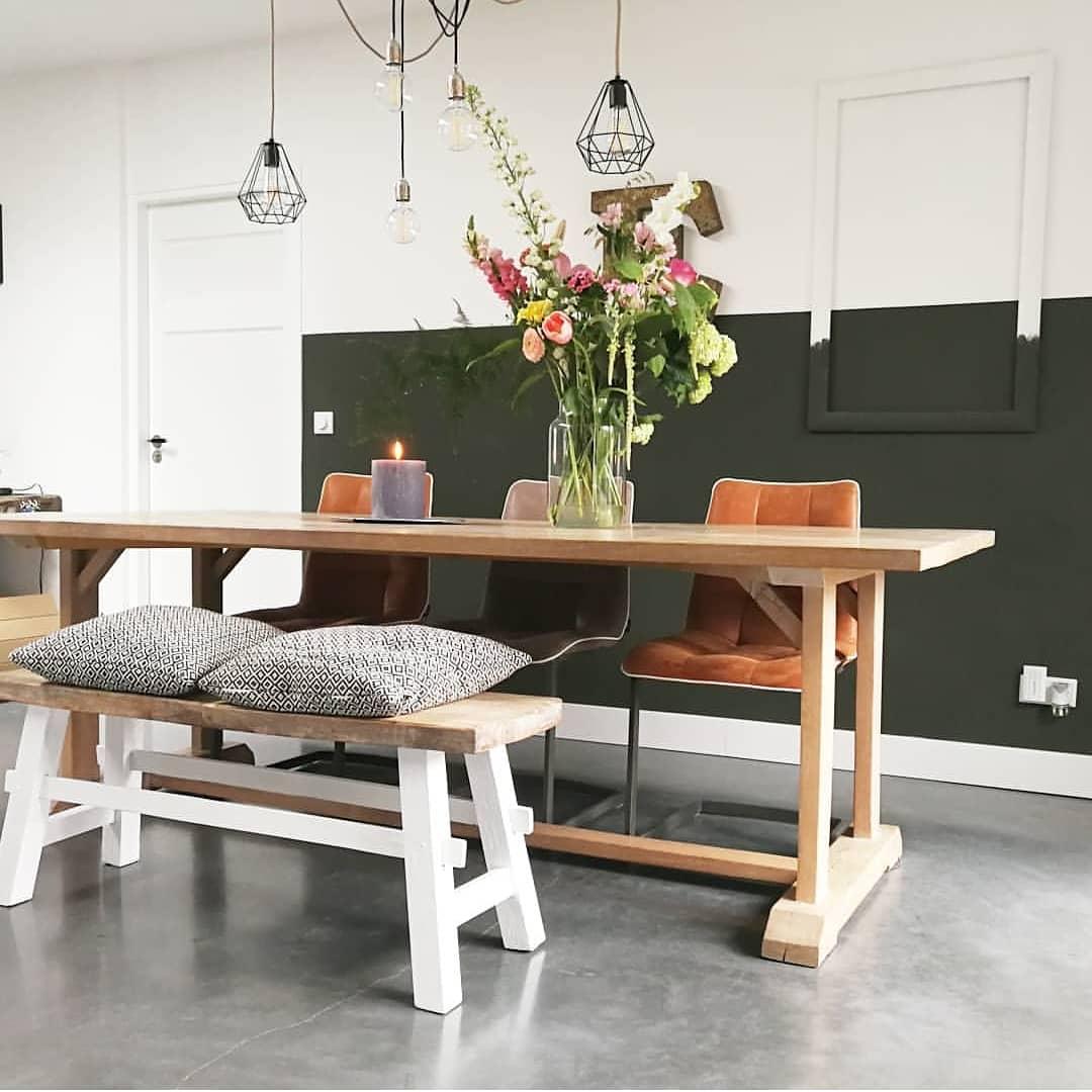 eettafel geleefd hout en leren stoelen