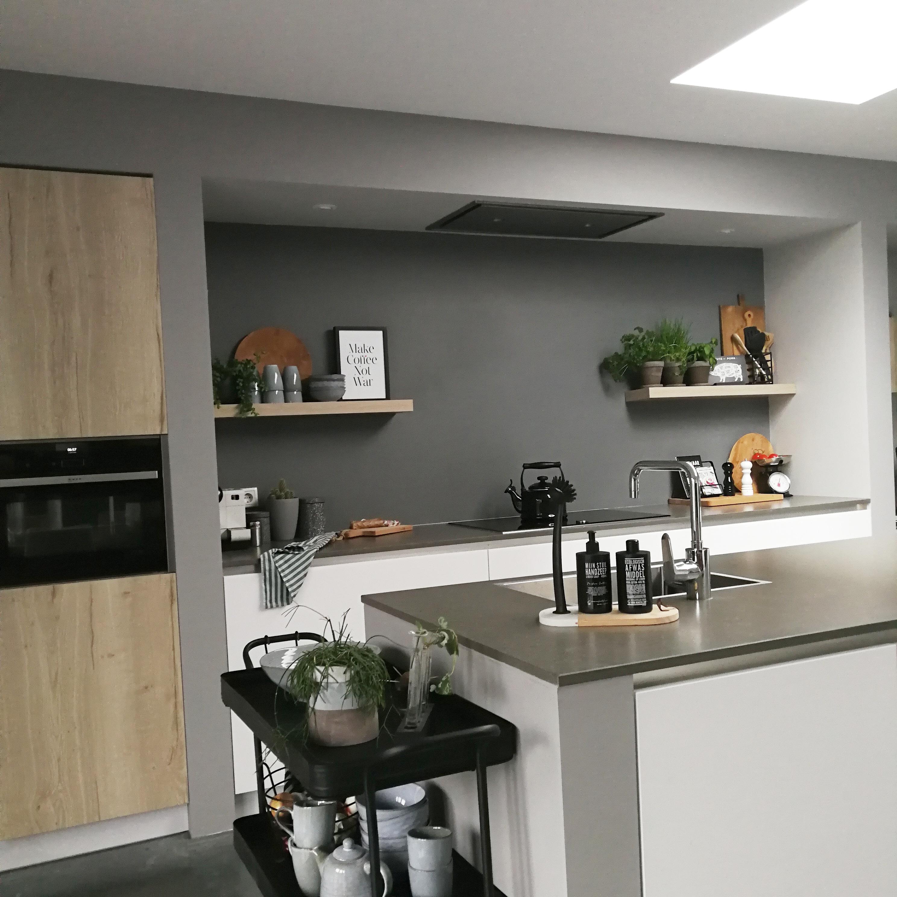 witte strakke keuken in stoer ingerichte ruimte