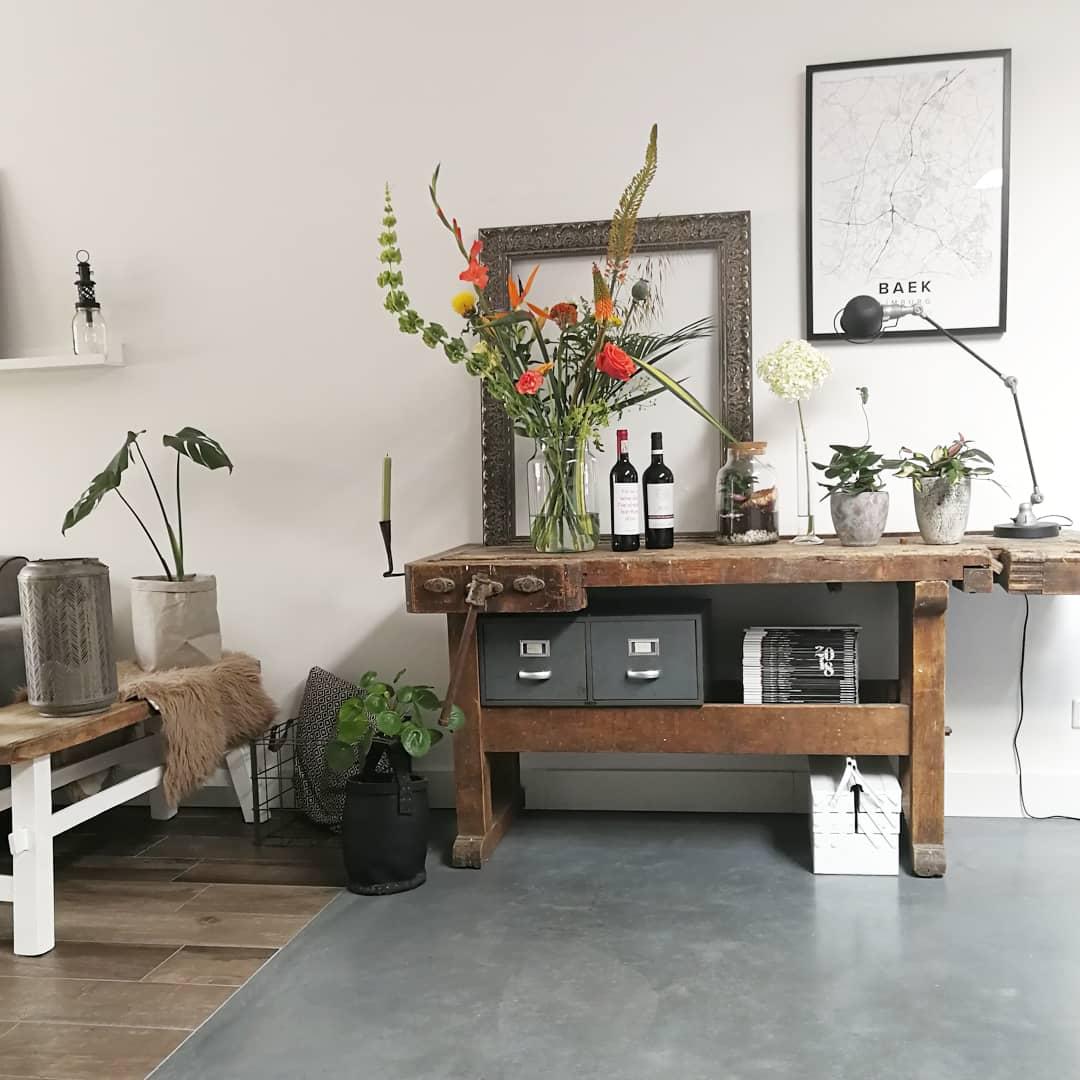 houten werkbank in stoer ingerichte ruimte