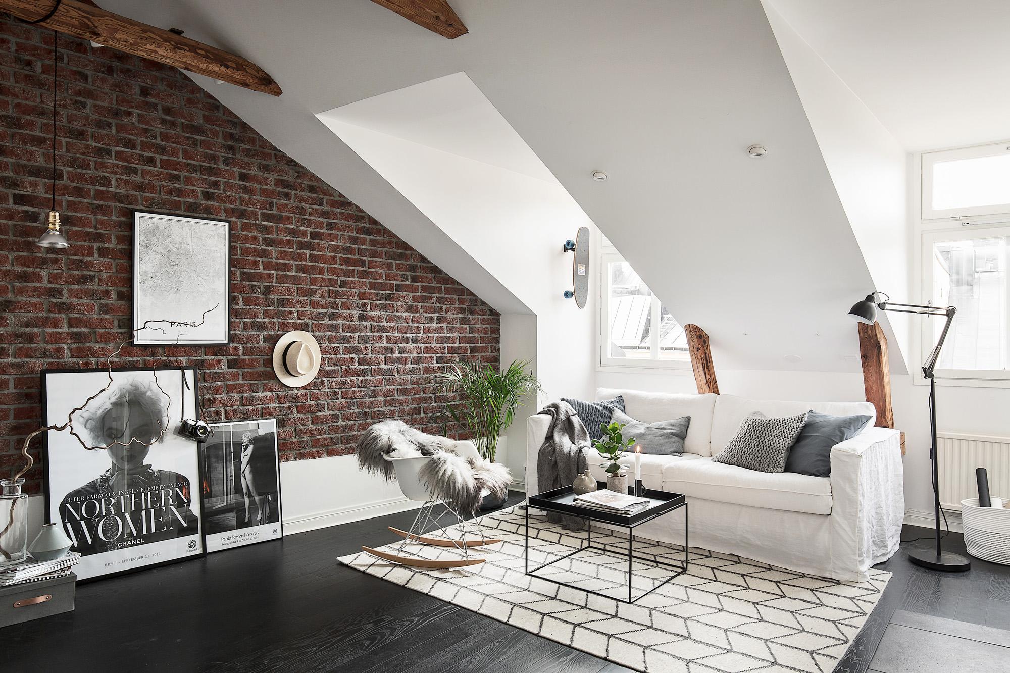Binnenkijken in een appartement met bakstenen muur   alles om van ...