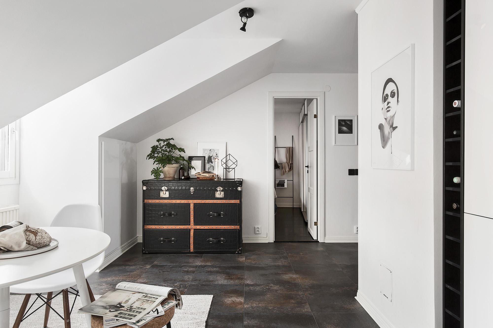 Binnenkijken in een appartement met bakstenen muur alles om van je huis je thuis te maken - Deco grijze muur ...
