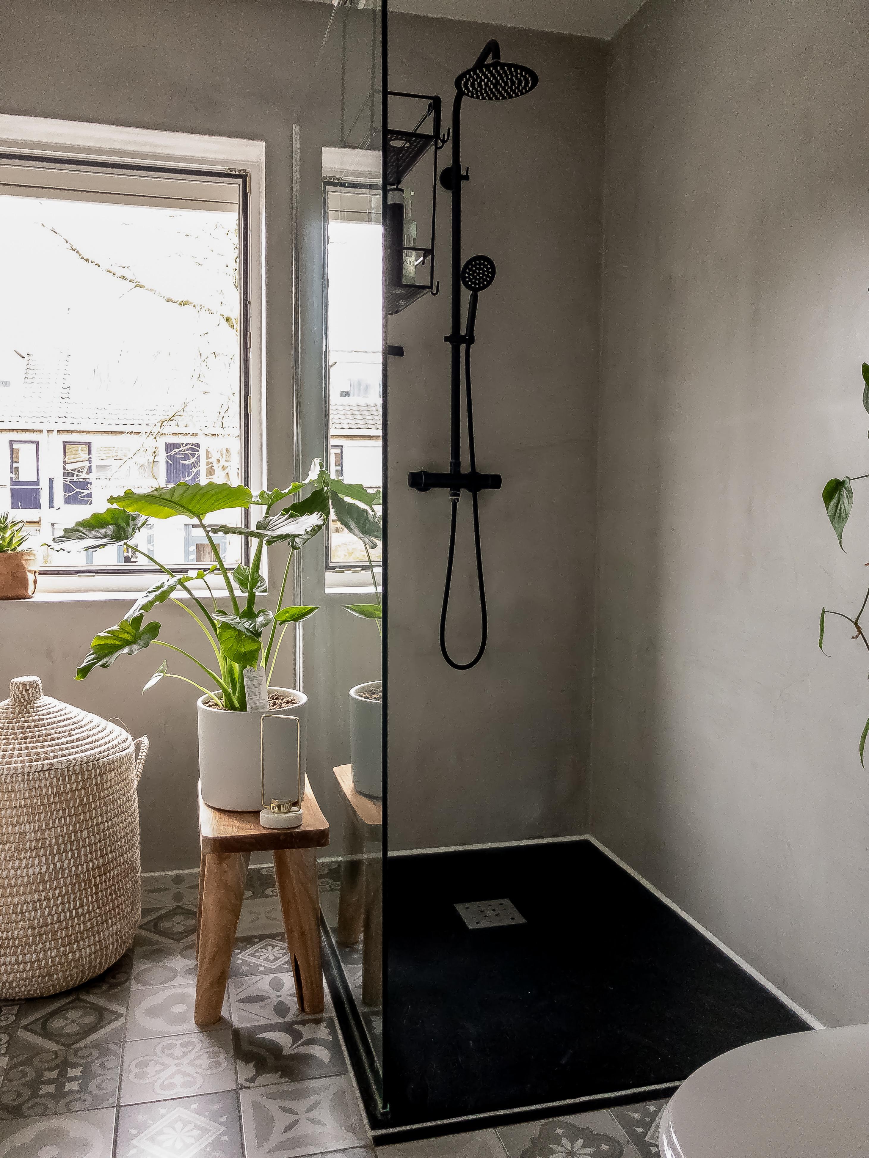 badkamer grijze betonmuren en Perzische tegeltjes
