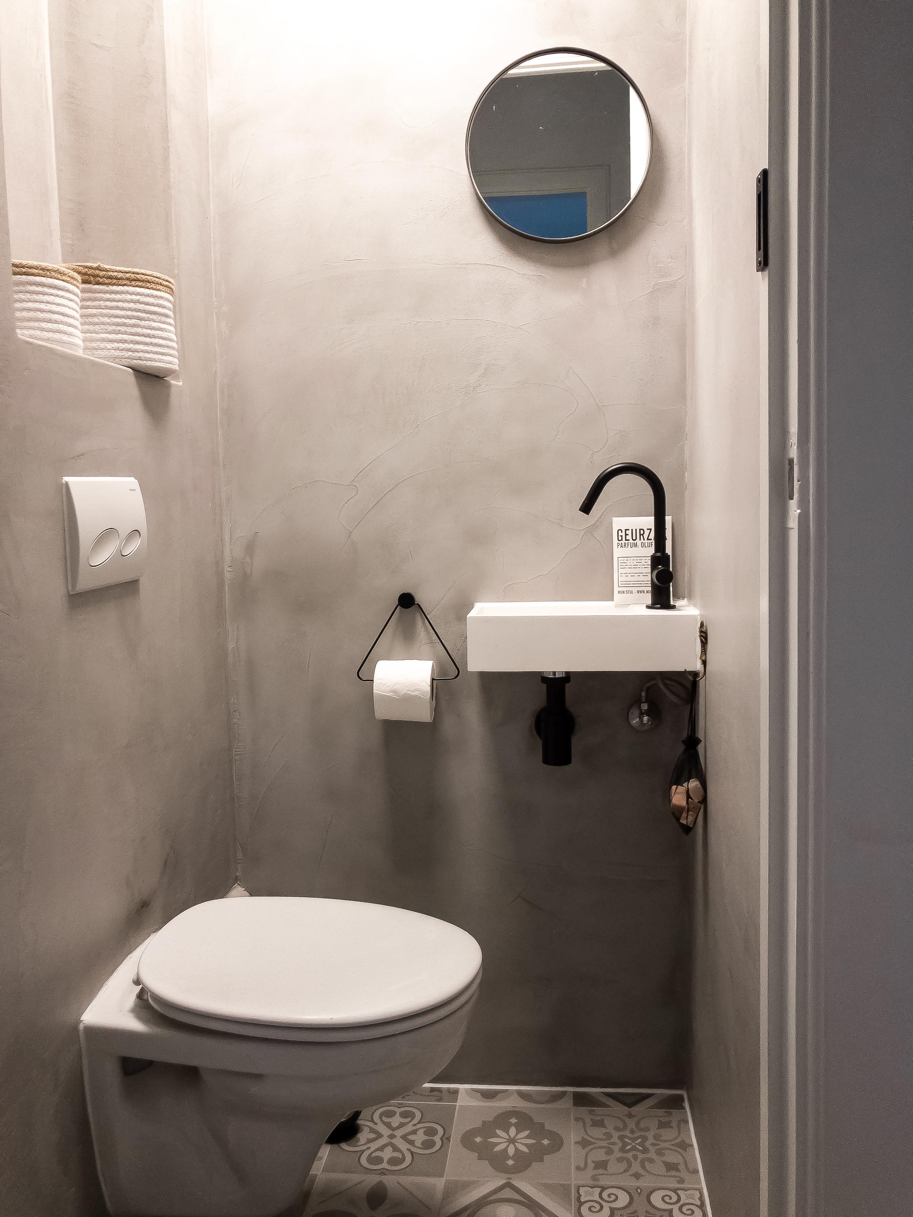 badkamer betonnen muren en Perzische tegeltjes