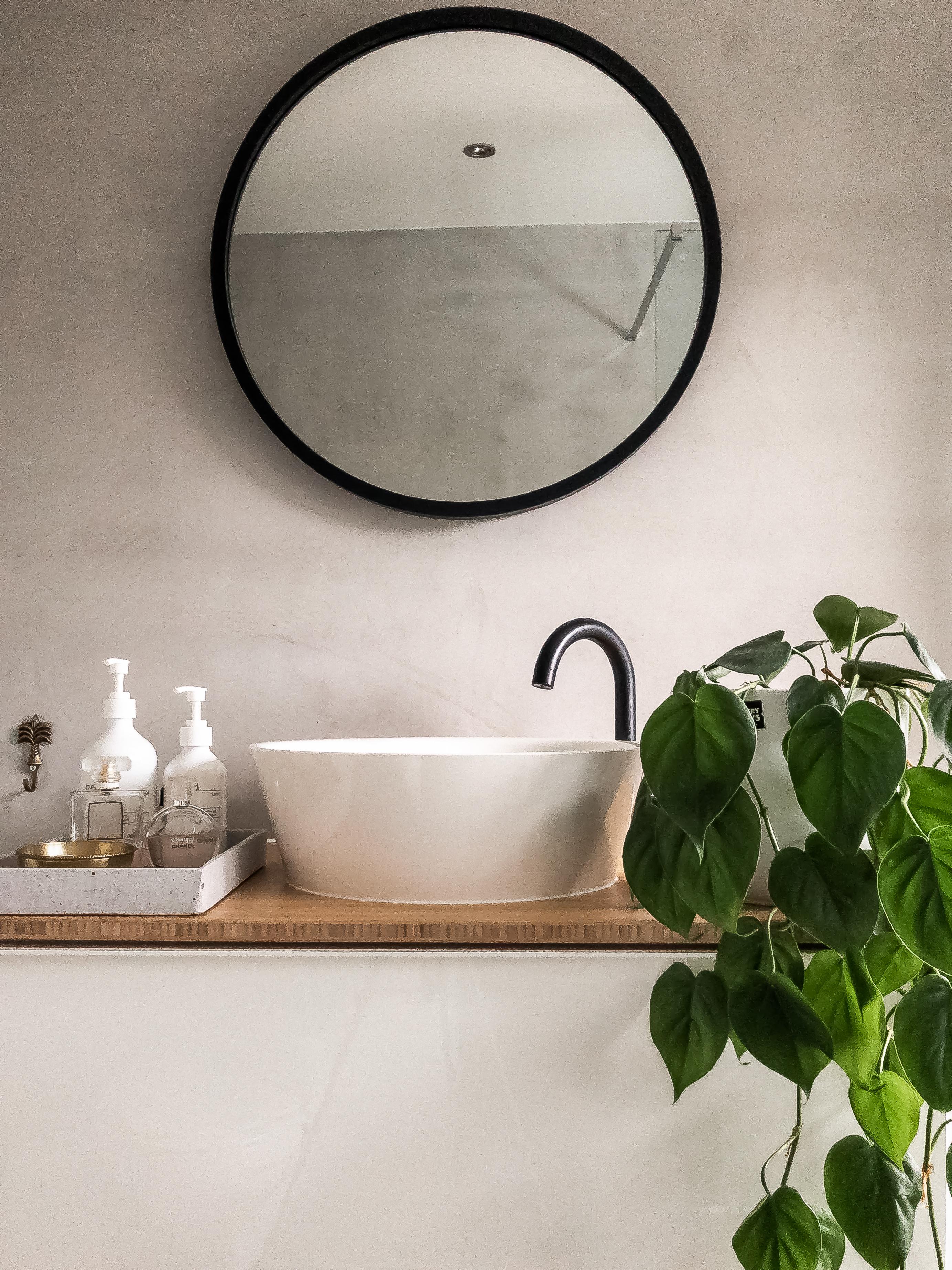 waskom op houten wastafel plant betonmuur