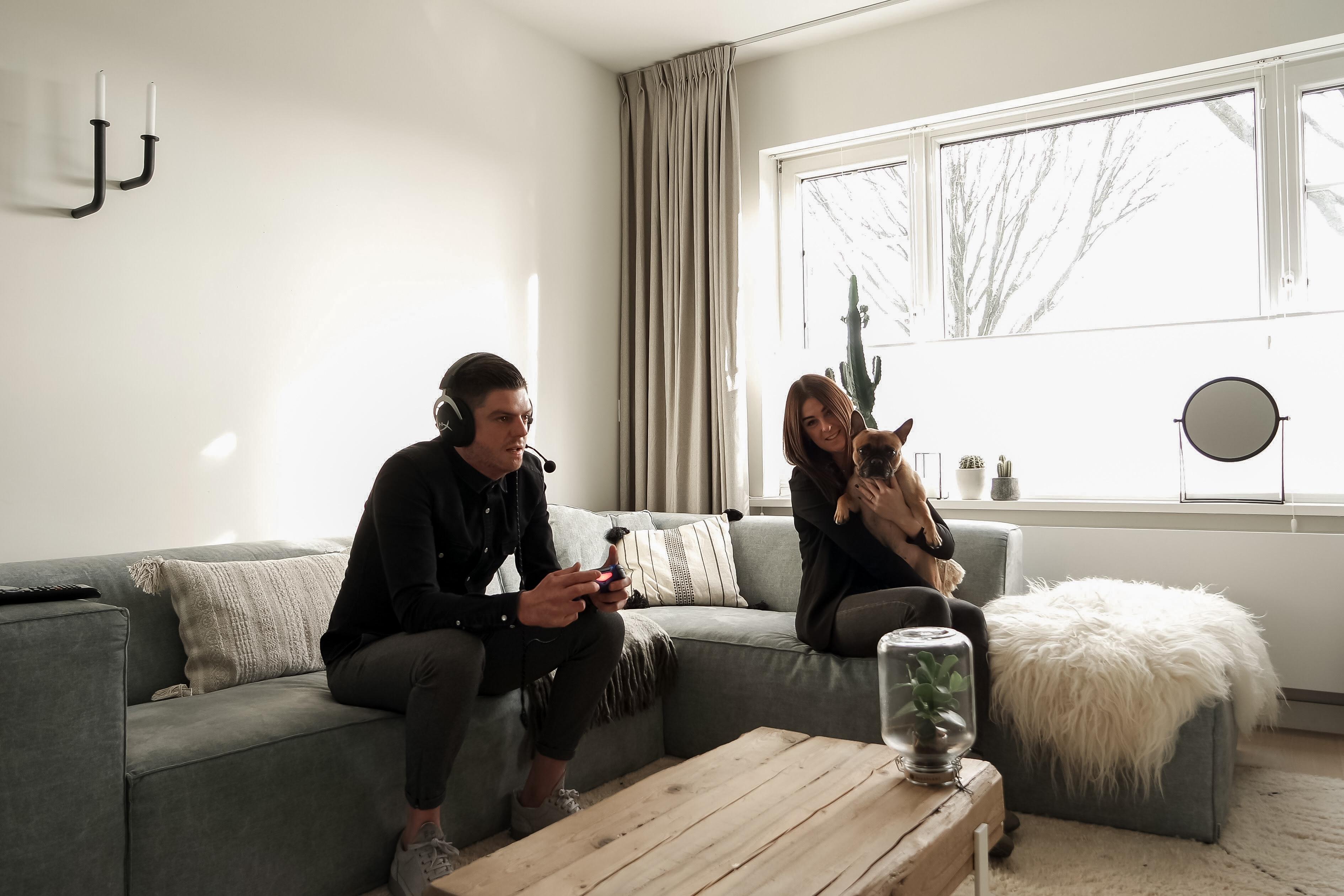 Manon en Kasper Leander in woonkamer