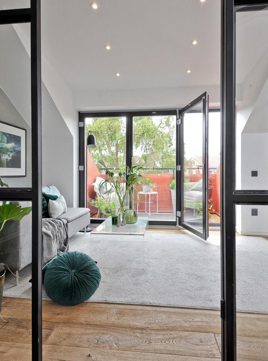 Binnenkijken in deze studio met glazen wanden en zwarte kozijnen alles om van je huis je thuis - Studio stijl glazen partitie ...