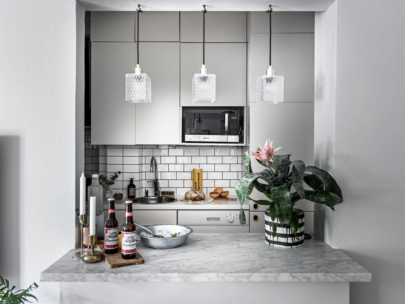 yay or nay: zwart-wit-grijze keuken met fleurig behang - Alles om ...
