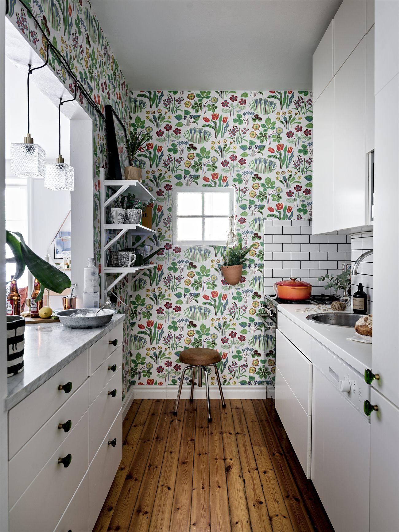 Yay or nay zwart wit grijze keuken met fleurig behang alles om van je huis je thuis te maken - Wit behang en grijs ...