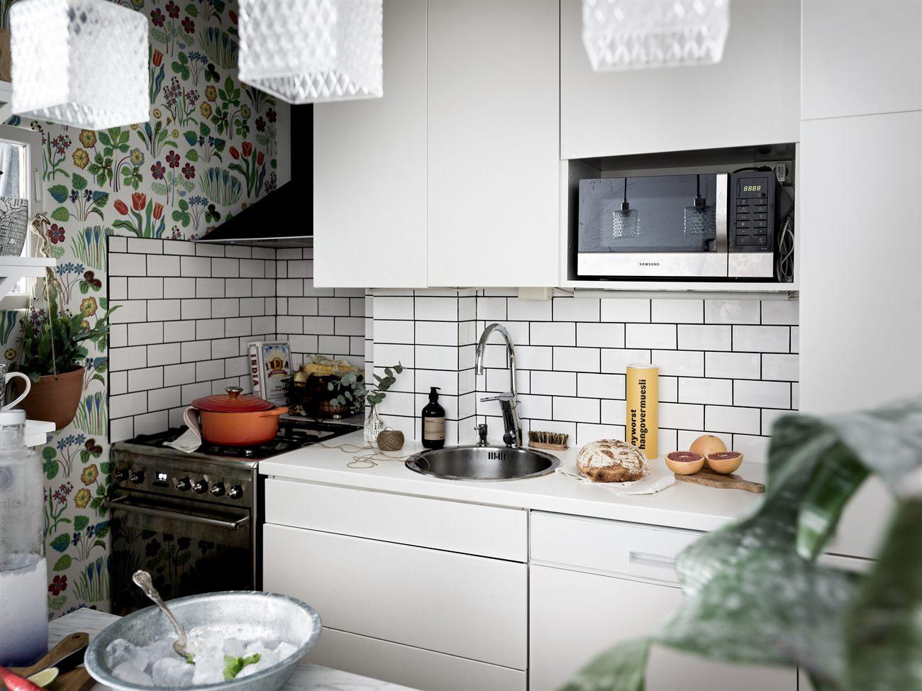 Yay or nay: zwart wit grijze keuken met fleurig behang alles om
