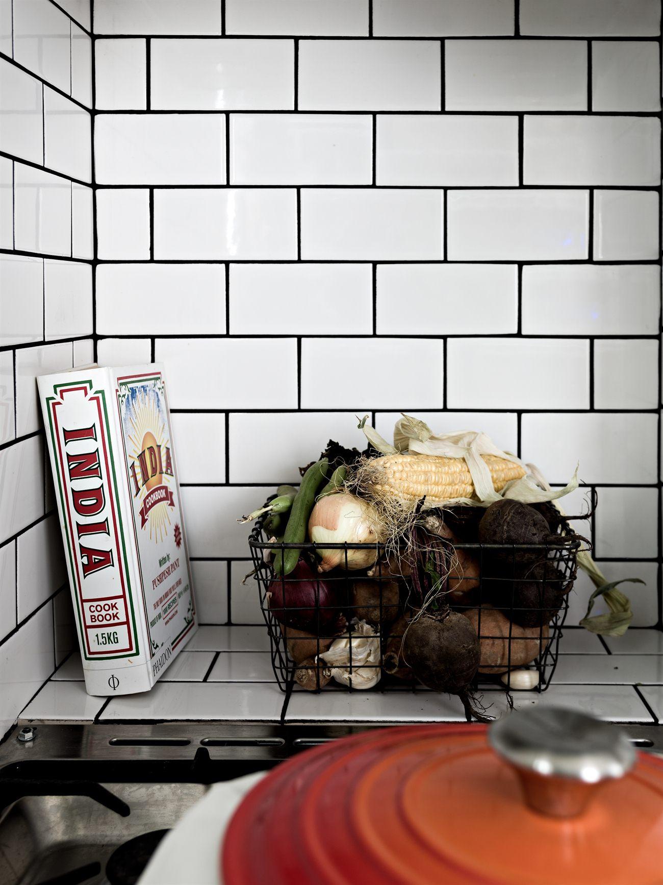 Yay or nay: zwart wit grijze keuken met fleurig behang   alles om ...